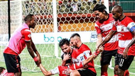 Slamet Nurcahyono merayakan gol dengan rekan-rekannya pada laga Madura United vs Kalteng Putra di Liga 1 2019, Minggu (01/09/19). - INDOSPORT