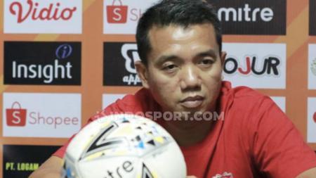 Pelatih Madura United, Rasiman, dalam sesi jumpa pers menjelang laga Liga 1 2019. - INDOSPORT