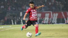 Indosport - Bek Bali United, Dias Angga Putra saat tampil dalam pertandingan melawan Borneo FC, 28 Agustus 2019.