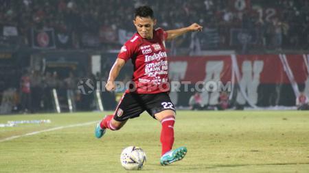 Bek Bali United, Dias Angga Putra saat tampil dalam pertandingan melawan Borneo FC, 28 Agustus 2019. Foto: Nofik Lukman Hakim - INDOSPORT