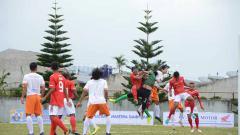 Indosport - Laga perdana Pool C Liga 3 2019 Zona Sumut antara Karo United FC (baju merah) kontra Bansar FC Gebang (baju putih) di Stadion Samura, Kabanjahe, Karo, Minggu (1/9/2019) sore.