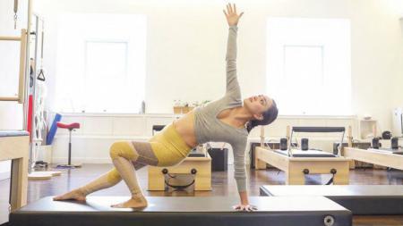 Artis Shandy Aulia berpose saat pilates. - INDOSPORT