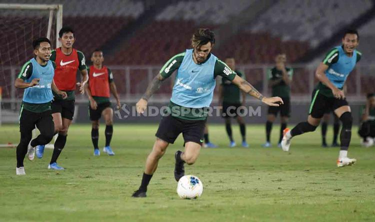Stefano Lilipaly akan mengeksekusi bola dalam sesi latihan di Stadion Utama Gelora Bung Karno, Senin (20/09/19). Copyright: Herry Ibrahim/INDOSPORT