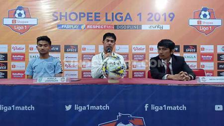 Pelatih Persela Lamongan, Nilmaizar (tengah), melampiaskan kekesalannya terhadap kepemimpinan wasit Thoriq Alkatiri pada konferensi pers pasca melawan Persela Lamongan. - INDOSPORT