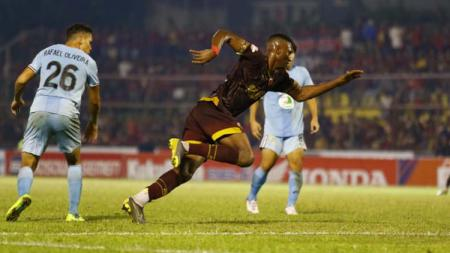 Aksi penyerang asing baru PSM Makassar, Amido Balde, melawan Persela Lamongan. Pada laga tersebut, Balde mencetak satu gol lewat tendangan penalti. - INDOSPORT