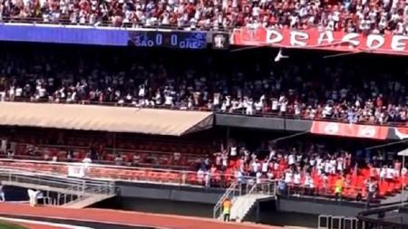 Penonton jatuh dari tribun saat laga Sao Paulo kontra Gremio di Brasil. - INDOSPORT