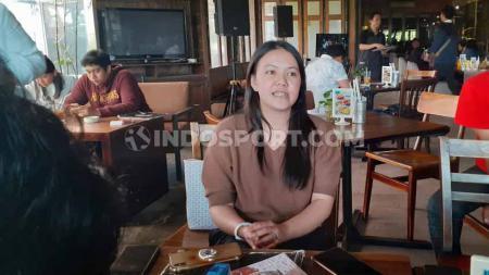 Mantan CEO PSS Sleman, Viola Kurniawati menggelar jumpa pers berkait keputusan mundur di Dixie Cafe, Yogyakarta, Selasa (03/09/19). - INDOSPORT