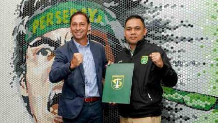 Wolfgang Pikal bersama manajer Persebaya Candra Wahyudi usai menandatangani kontrak sebagai asisten pelatih Persebaya. - INDOSPORT