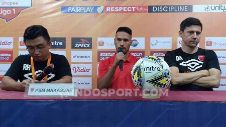 Raphael Maitimo (tengah) dan Darije Kalezic (kanan) mewakili PSM Makassar pada konferensi pers pasca melawan Persela Lamongan. - INDOSPORT