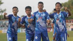 Indosport - Penyerang PSCS Cilacap, Tinton Suharto berselebrasi usai mencetak gol ke gawang Aceh Babel United di Stadion Wijayakusuma, Cilacap, Selasa (03/09/19).