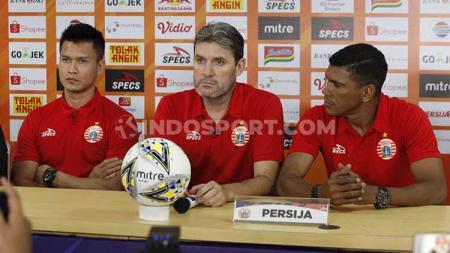 Musim-musim terburuk Persija, pernah nyaris terdegradasi di awal era profesional, Pelatih Persija Jakarta, Julio Banuelos (kanan). - INDOSPORT