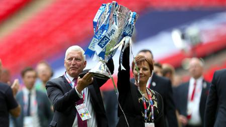 Pemilik Tranmere Rovers, Mark Palios (kiri) berselebrasi pasca klubnya memenangkan gelar juara Sky Bet League Two musim 2018-19 - INDOSPORT