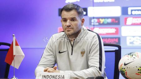 Jumpa pers Timnas Indonesia jelang melawan Timnas Malaysia di Pra Piala Dunia 2019 yang dihadiri pelatih Simon McMenemy dan Kapten tim Andritany di Media Center Stadion GBK Senayan, Jakarta, Rabu (04/09/19). - INDOSPORT