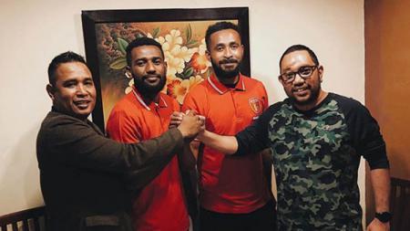 CEO Badak Lampung FC Marco Gracia Paolo (kanan) saat memperkenalkan dua rekrutan baru, yakni Kelvin Wopi (tengah) dan Arthur Bonai (tengah) pada paruh musim Liga 1 2019. - INDOSPORT