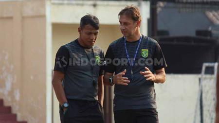 Bejo Sugiantoro menyebut Wolfgang Pikal belum terdaftar secara sah sebagai asisten pelatih Persebaya Surabaya di Liga 1 2019 saat berhadapan Kalteng Putra. - INDOSPORT