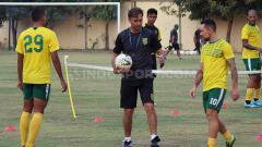 Indosport - Wolfgang Pikal mengaku masih akan berkoordinasi dengan Alfred Riedl dan Bejo Sugiantoro terkait komposisi starting XI terbaik Persebaya Surabaya.
