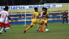 Indosport - PSDS Deli Serdang (baju kuning) takluk atas PS Polres Deli Serdang dalam laga Liga 3 2019 zona Sumut grup A, di Stadion Baharuddin Siregar, Selasa (3/9/19) sore.
