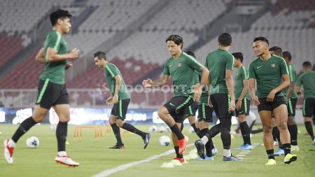 Jelang laga melawan Thailand di Kualifikasi Piala Dunia 2022, skuat Timnas Indonesia mendapat dukungan dari Jacksen F. Tiago. - INDOSPORT