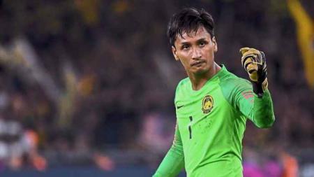 Penjaga gawang Timnas Malaysia, Farizal Marlias, mengaku hanya beruntung usai menggagalkan sepakan penalti Osas Saha, Selasa (19/11/19). - INDOSPORT