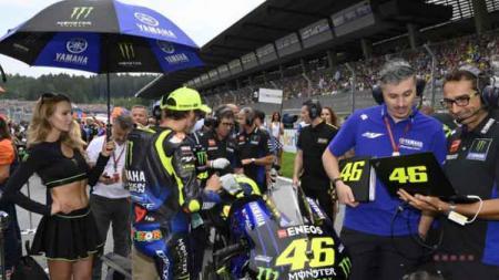 Valentino Rossi diminta perpanjang kontrak dan tak buru-buru pensiun oleh sang adik, Luca Marini, agar mampu membalap di kelas MotoGP - INDOSPORT