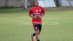 Indosport - Aldino Herdianto saat menjalani program latihan fisik di Lapangan Trisakti, Legian, Kuta, Badung.