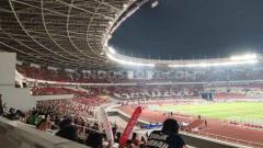 Indosport - Suporter Timnas Indonesia membuat mozaik yang membentuk tulisan.