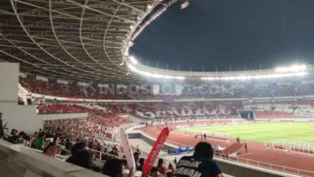 Mozaik yang membentuk tulisan di Stadion Gelora Bung Karno pada laga Indonesia vs Malaysia, Kamis (05/09/19). Foto: Herry Ibrahim/INDOSPORT.