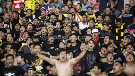 Pendukung Timnas Malaysia yang datang langsung ke Stadion Utama Gelora Bung Karno, Kamis (09/05/2019). Foto: Herry Ibrahim/INDOSPORT.