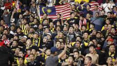 Indosport - Pendukung Timnas Malaysia yang datang langsung ke Stadion Utama Gelora Bung Karno, Kamis (9/5/19). Foto: Herry Ibrahim/INDOSPORT