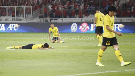 Ekspresi lesu para pemain Malaysia. Foto: Herry Ibrahim/INDOSPORT.