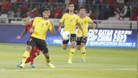 Striker Timnas Indonesia, Beto, melancarkan tendangan ke arah gawang Malaysia. Foto: Herry Ibrahim/INDOSPORT.