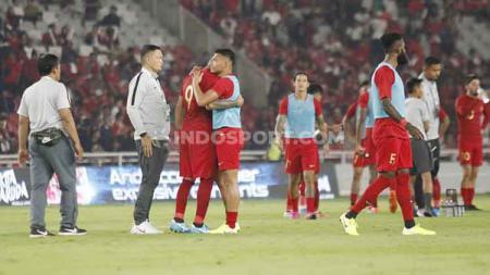 Para pemain Timnas Indonesia tertunduk lesu usai kalah dari Malaysia, Kamis (05/09/2019). - INDOSPORT