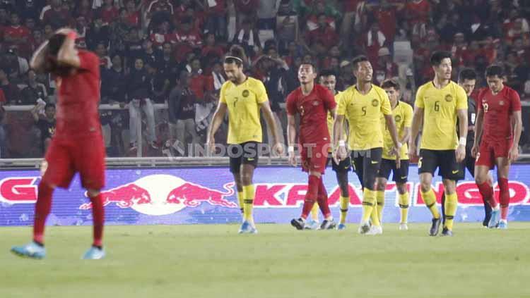 Para pemain Timnas Indonesia tertunduk lesu usai kalah dari Malaysia, Kamis (05/09/2019). Copyright: Herry Ibrahim/INDOSPORT