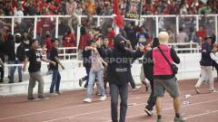 Indosport - Salah satu suporter Timnas Indonesia dengan wajah tertutup sempat turun ke pinggir lapangan, Kamis (05/09/2019).