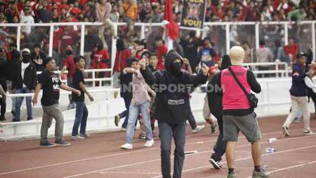 Kericuhan yang dilakukan sekelompok oknum suporter tak bertanggung jawab di laga Kualifikasi Piala Dunia 2022 melawan Malaysia menjadi sorotan dunia. - INDOSPORT