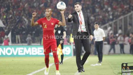 Ruben Sanadi tampak mendapatkan instruksi dari sang pelatih Simon McMenemy, Kamis (05/09/2019). - INDOSPORT