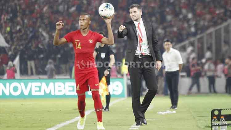 Ruben Sanadi tampak mendapatkan instruksi dari sang pelatih Simon McMenemy, Kamis (05/09/2019). Copyright: Herry Ibrahim/INDOSPORT