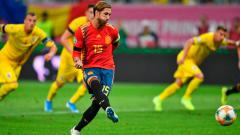 Indosport - Bek Spanyol, Sergio Ramos, mengeksekusi penalti ke gawang Rumania dalam laga kualifikasi Piala Eropa 2020, Jumat (06/09/19).