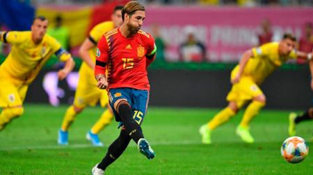Bek Spanyol, Sergio Ramos, mengeksekusi penalti ke gawang Rumania dalam laga kualifikasi Piala Eropa 2020, Jumat (06/09/19). - INDOSPORT