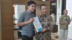 Indosport - Menpora Indonesia Imam Nahrawi bertemu dengan Menpora Malaysia Syed Saddiq usai laga Kualifikasi Piala Dunia 2022 antara Indonesia vs Malaysia.