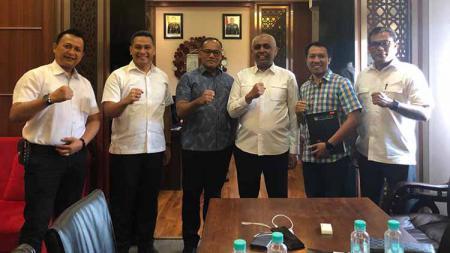 Asprov PSSI Jatim saat berkunjung ke kantor Satgas Wilayah Anti Mafia Bola Jawa Timur, Rabu (04/09/19). - INDOSPORT