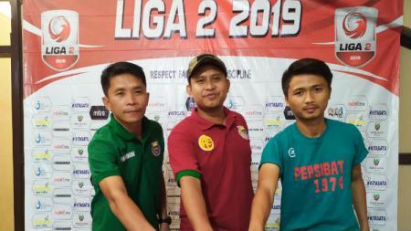 Pelatih Persibat Batang Bona Simanjuntak bersama Sandi Septian saat menghadiri sesi konferensi pers sebelum laga melawan Blitar Bandung United - INDOSPORT