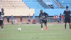 Indosport - Nampak Kapten Tim Persipura, Boaz Solossa saat menjalani sesi latihan bersama rekan-rekannya.