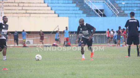 Boaz Solossa harus absen di pertandingan liga 1 2019 antara PSM Makassar vs Persipura Jayapura. - INDOSPORT