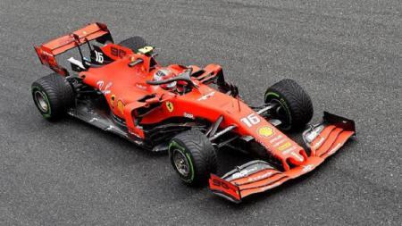 Jelang bergulirnya kejuaraan Formula 1 (F1), Charles Leclerc menggeber dan mengendarai mobil balap Ferrari SF1000 di jalanan Moranello, Italia. - INDOSPORT