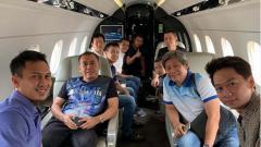 Indosport - Mohammad Ahsan, Hendra Setiawan, Herry IP, Kevin Sanjaya, Marcus Gideon, dan lain-lain sedang di dalam pesawat jet.