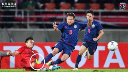 Pelanggaran keras gelandang Timnas Thailand, Thitipan Puangchan, terhadap pemain Vietnam. - INDOSPORT