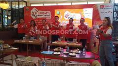 Indosport - Ketua PBSI Sulsel, Devo Khaddafi (berdiri paling kanan) dan Legenda Bulutangkis Indonesia, Alan Budikusuma (berdiri ketiga dari kanan) saat seremonial pembukaan Daihatsu Astec Open 2019 di Grind & Pull, Makassar, Jum'at (6/9/19)