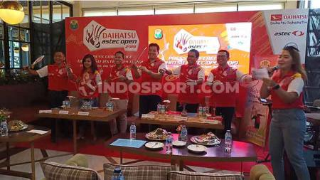 Ketua PBSI Sulsel, Devo Khaddafi (berdiri paling kanan) dan Legenda Bulutangkis Indonesia, Alan Budikusuma (berdiri ketiga dari kanan) saat seremonial pembukaan Daihatsu Astec Open 2019 di Grind & Pull, Makassar, Jum'at (6/9/19) - INDOSPORT