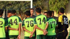 Indosport - Wolfgang Pikal memimpin latihan Persebaya di Lapangan Polda Jatim, Sabtu (7/9/19)